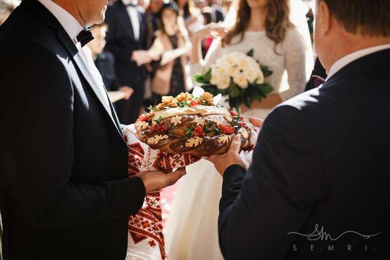 благословення батьків на весіллі перед рестораном