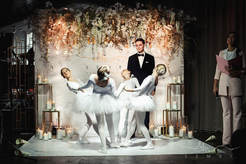 виїзна церемонія у Львові - вихід нареченої з балеринами