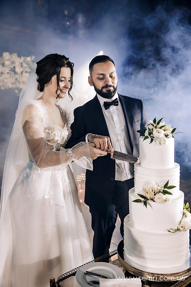 розрізання весільного торта у Львові